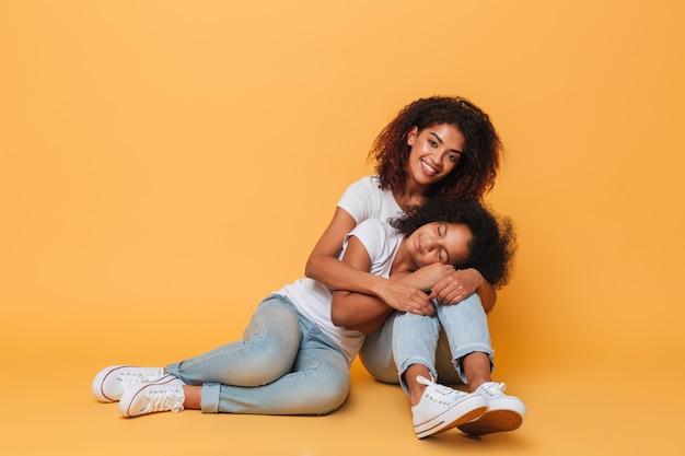 Comprimento total de duas adoráveis irmãs africanas