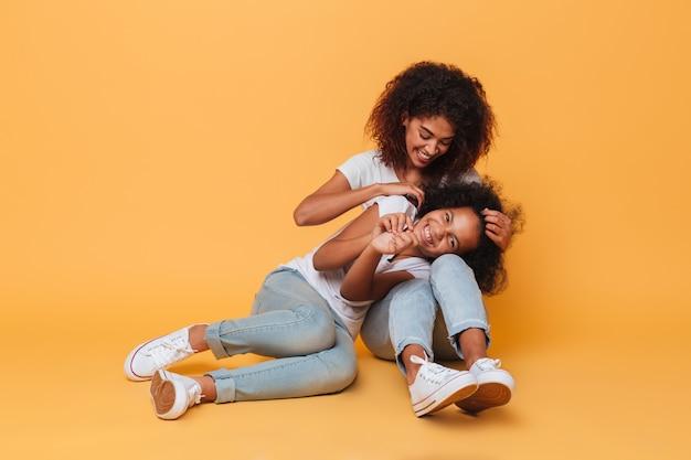 Comprimento total de duas irmãs africanas alegres