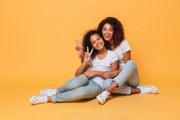 Comprimento total de duas irmãs africanas felizes
