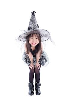 Comprimento total de menina asiática vestindo fantasia de bruxa para o halloween