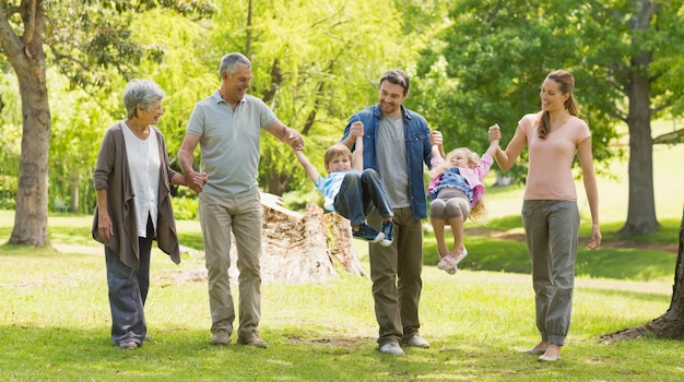 Comprimento total de uma família alargada no parque