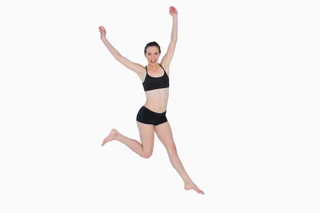 Comprimento total de uma jovem esportiva saltando