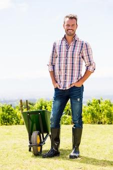 Comprimento total do homem em pé no gramado