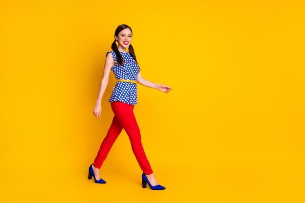 Comprimento total do tamanho do corpo dela ela é agradável, atraente, adorável, atraente, elegante, elegante, magro, apto, alegre, alegre, menina, caminhando, caminhando, isolado, brilhante, vívido, brilho, vibrante, cor amarela, fundo