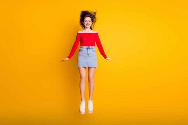 Comprimento total do tamanho do corpo dela ela é legal, atraente, charmosa, alegre, alegre, magra, magra, magra, funky, pulando se divertindo isolado brilhante brilho vívido fundo de cor amarela vibrante