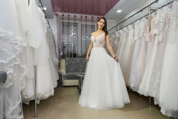 Comprimento total mulher atraente usando vestido de noiva