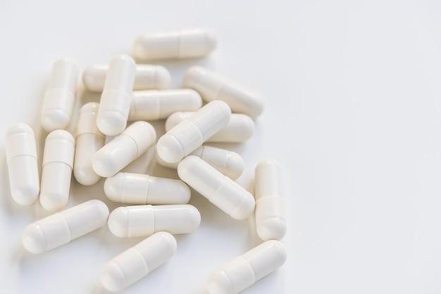 Comprimido cápsula em branco, conceito de suplemento