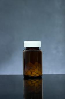 Comprimido de medicamento em frasco de vidro
