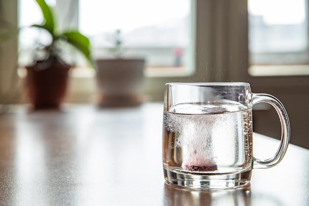 Comprimido espumante em um vidro transparente