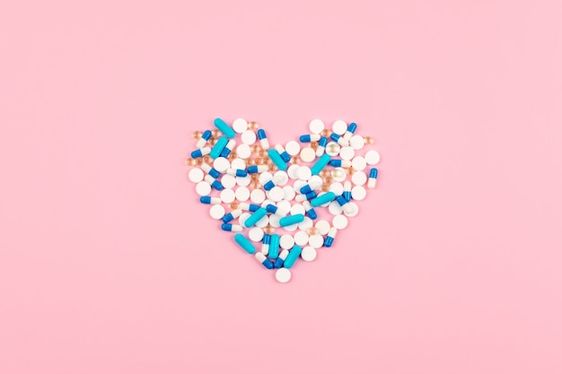 Comprimidos azuis e brancos e comprimidos em forma de coração
