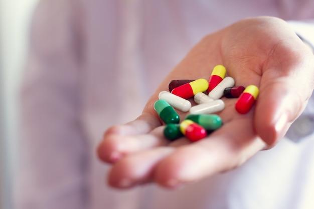 Comprimidos cápsulas na mão de um médico