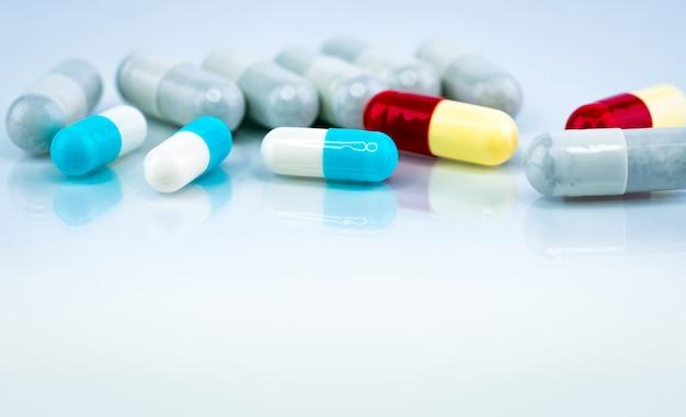 Comprimidos coloridos da cápsula