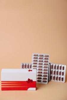 Comprimidos com embalagem em close-up em uma superfície colorida