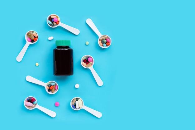 Comprimidos, comprimidos e cápsulas de medicamento colorido