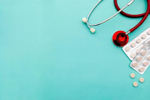 Comprimidos, comprimidos e estetoscópio. cuidados de saúde e medicina. copie o espaço.