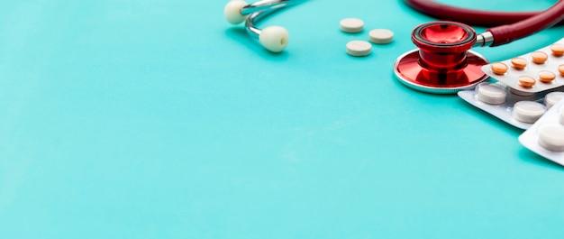 Comprimidos, comprimidos e estetoscópio. cuidados de saúde e medicina