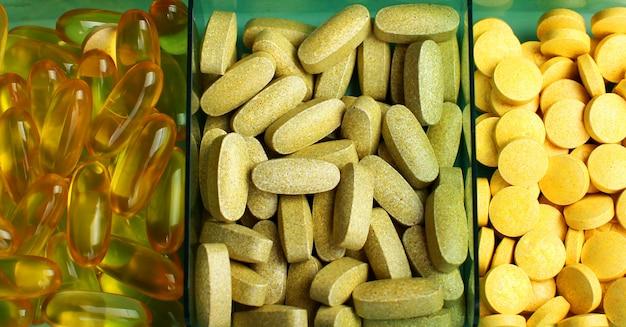 Comprimidos comprimidos e vitaminas em um fundo branco