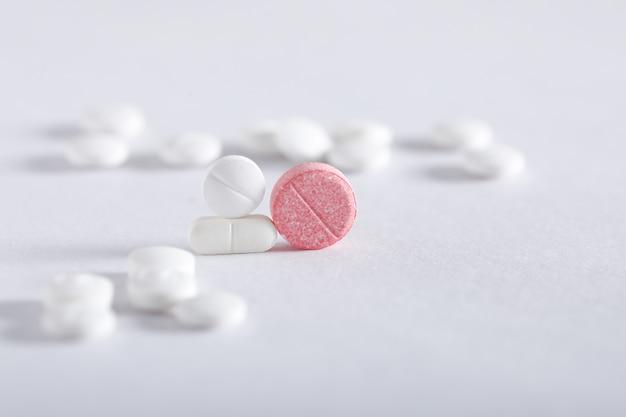 Comprimidos da medicina no fundo branco, tema da farmácia
