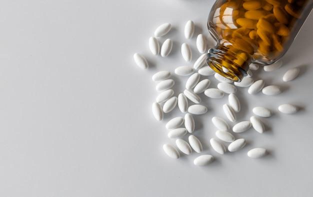 Comprimidos de cloreto de potássio na mesa branca com foco suave e luz excessiva
