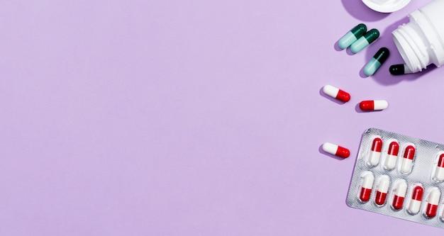 Comprimidos de cópia-espaço com pílulas