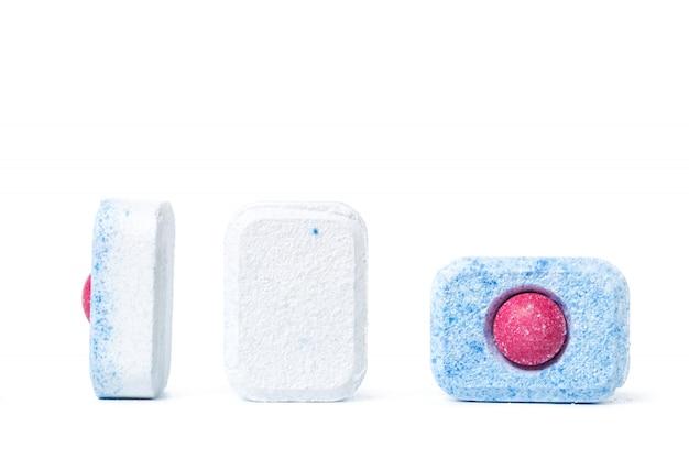 Comprimidos de máquina de lavar louça em branco isolado