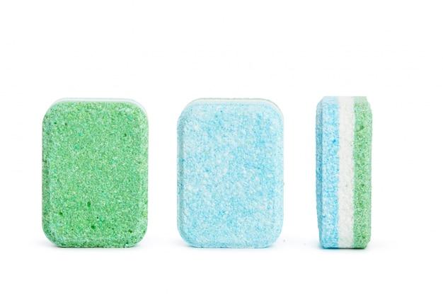Comprimidos de máquina de lavar louça em uma superfície branca