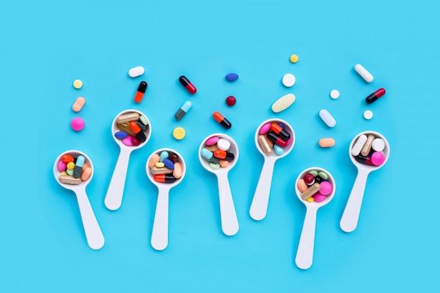 Comprimidos de medicamento colorido, comprimidos e cápsulas em azul