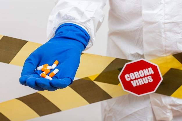 Comprimidos de medicamento de close-up na mão de pessoa