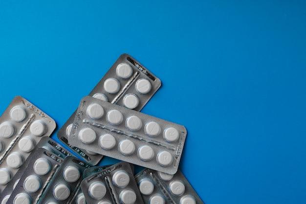 Comprimidos de medicamento em embalagens. comprimidos em blister, cápsulas e comprimidos acondicionados em blisters