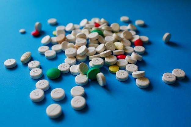 Comprimidos de medicamentos farmacêuticos sortidos, comprimidos e cápsulas. pilha de vários medicamentos variados comprimidos e pílulas cores diferentes