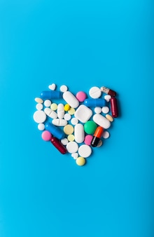 Comprimidos de medicamentos farmacêuticos variados com forma de coração