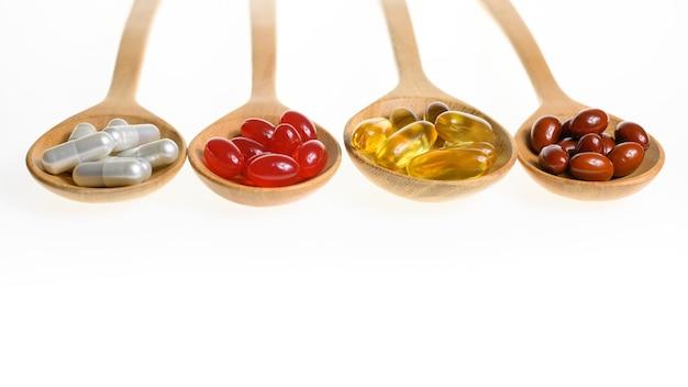 Comprimidos de medicina alternativa comprimido cápsula e suplementos vitamínicos orgânicos em fundo branco