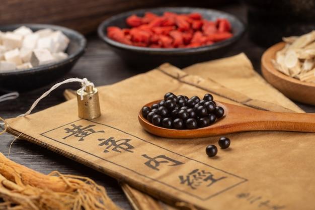 Comprimidos de medicina tradicional chinesa e livros médicos