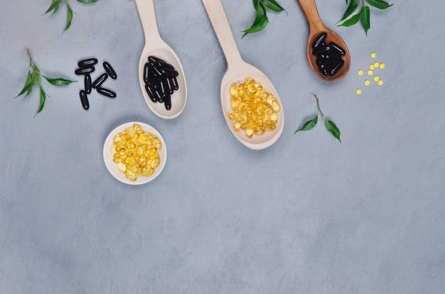 Comprimidos de pretos e amarelos na mesa cinza