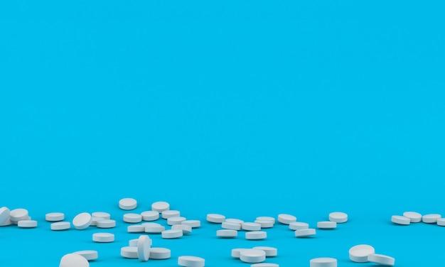 Comprimidos de remédio espalhados no fundo azul brilhante