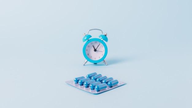Comprimidos, drogas trabalham na hora de dormir, horário. hora de tomar medicação.