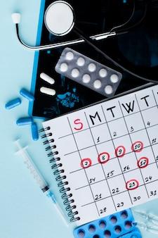 Comprimidos e calendário de tratamento médico