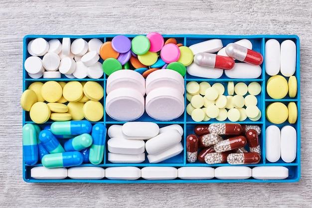 Comprimidos e cápsulas em recipiente. remédios médicos para pacientes.