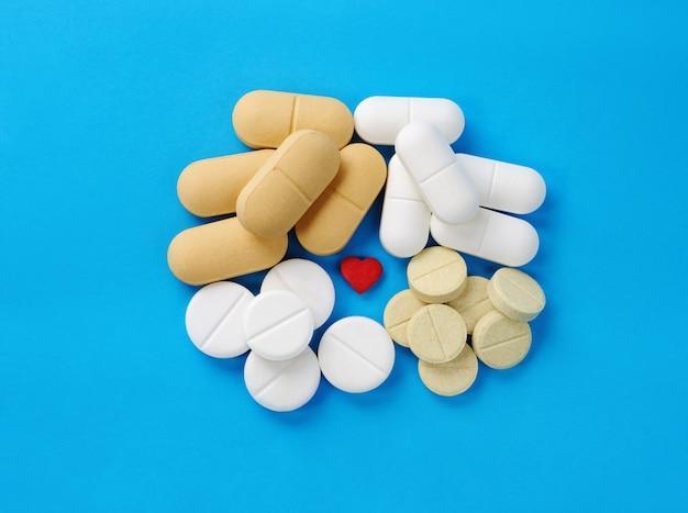 Comprimidos e pílulas em azul.