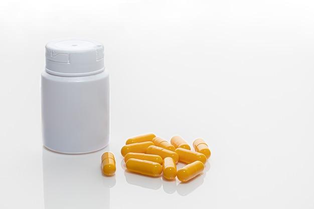 Comprimidos e potes com medicamentos em branco
