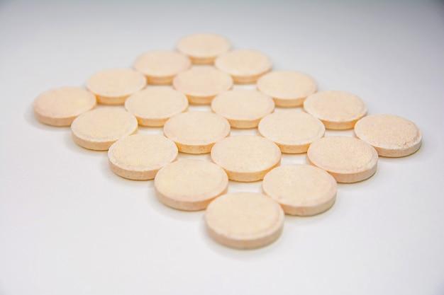 Comprimidos efervescentes de vitamina c em um branco isolado