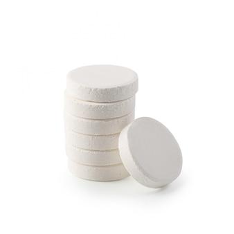 Comprimidos efervescentes de vitamina isolados no branco