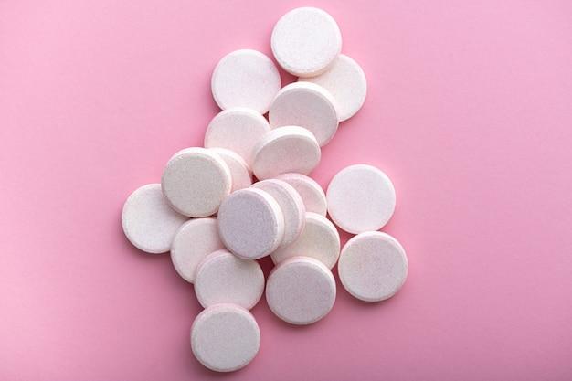 Comprimidos efervescentes na superfície rosa pastel, vista superior