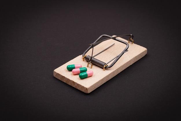 Comprimidos em ratoeira de madeira vício farmacêutico