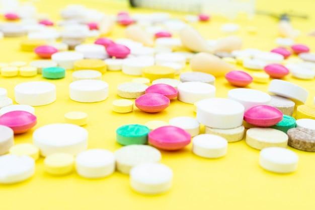 Comprimidos em um fundo amarelo