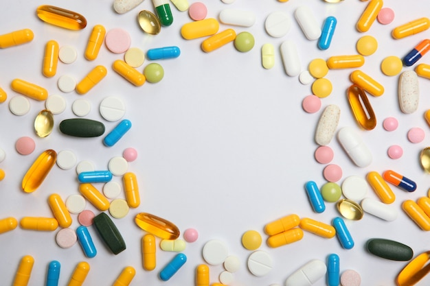 Comprimidos em um fundo claro vista superior remédio tratamento doença