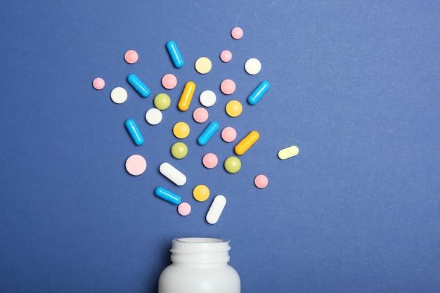 Comprimidos em um fundo colorido vista superior remédio tratamento doença