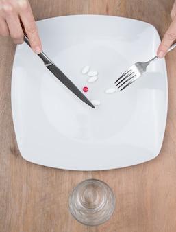 Comprimidos em um prato como suplemento alimentar