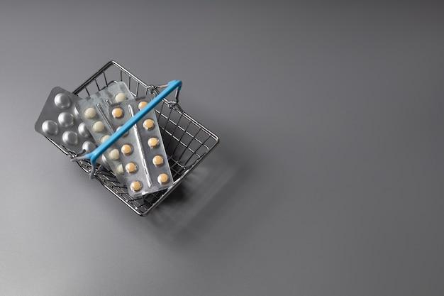 Comprimidos em uma cesta de supermercado