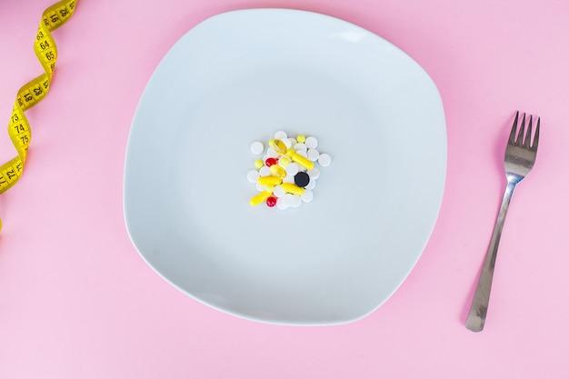 Comprimidos em uma superfície rosa